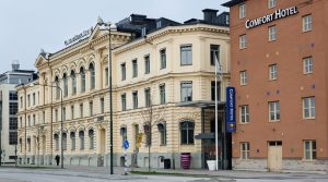 Gata med lite äldre hus, varav det ena har skylten Comfort Hotel. Foto.
